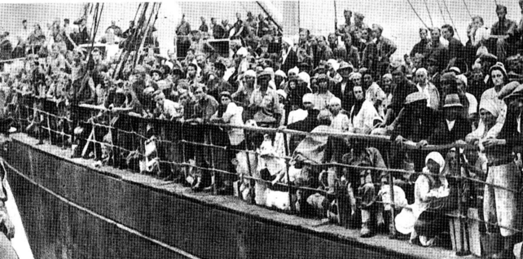 A Ship carrying Polish soldiers and civilian refugees arrives in Iran from the Soviet Union, 1942..jpg